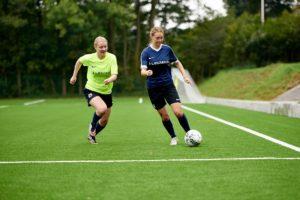 Piger kæmper om fodbolden - idrætsefterskole, fodboldefterskole