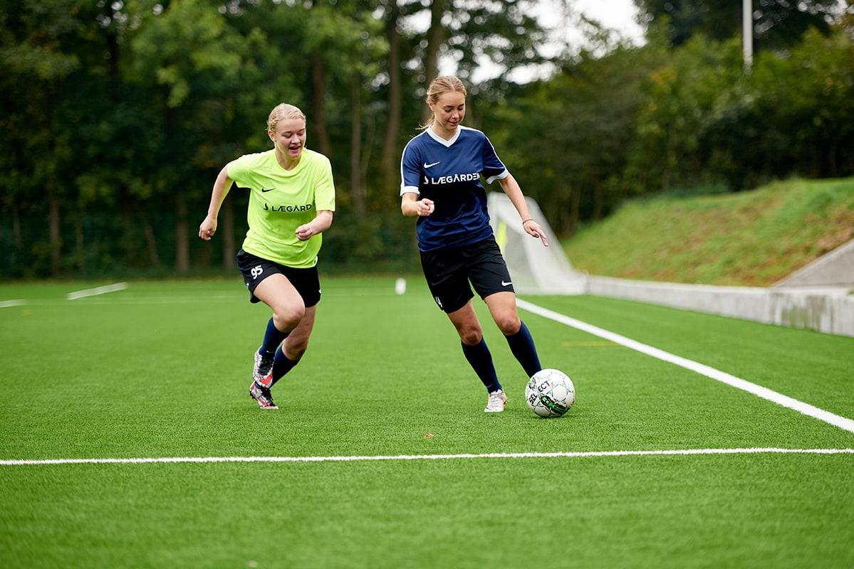 Piger kæmper om fodbolden