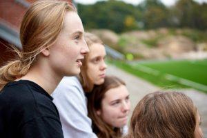 Pige kigger på kunstgræsbane - idrætsefterskole