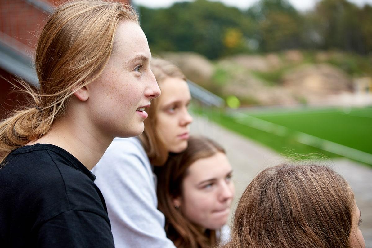 Pige kigger på kunstgræsbane