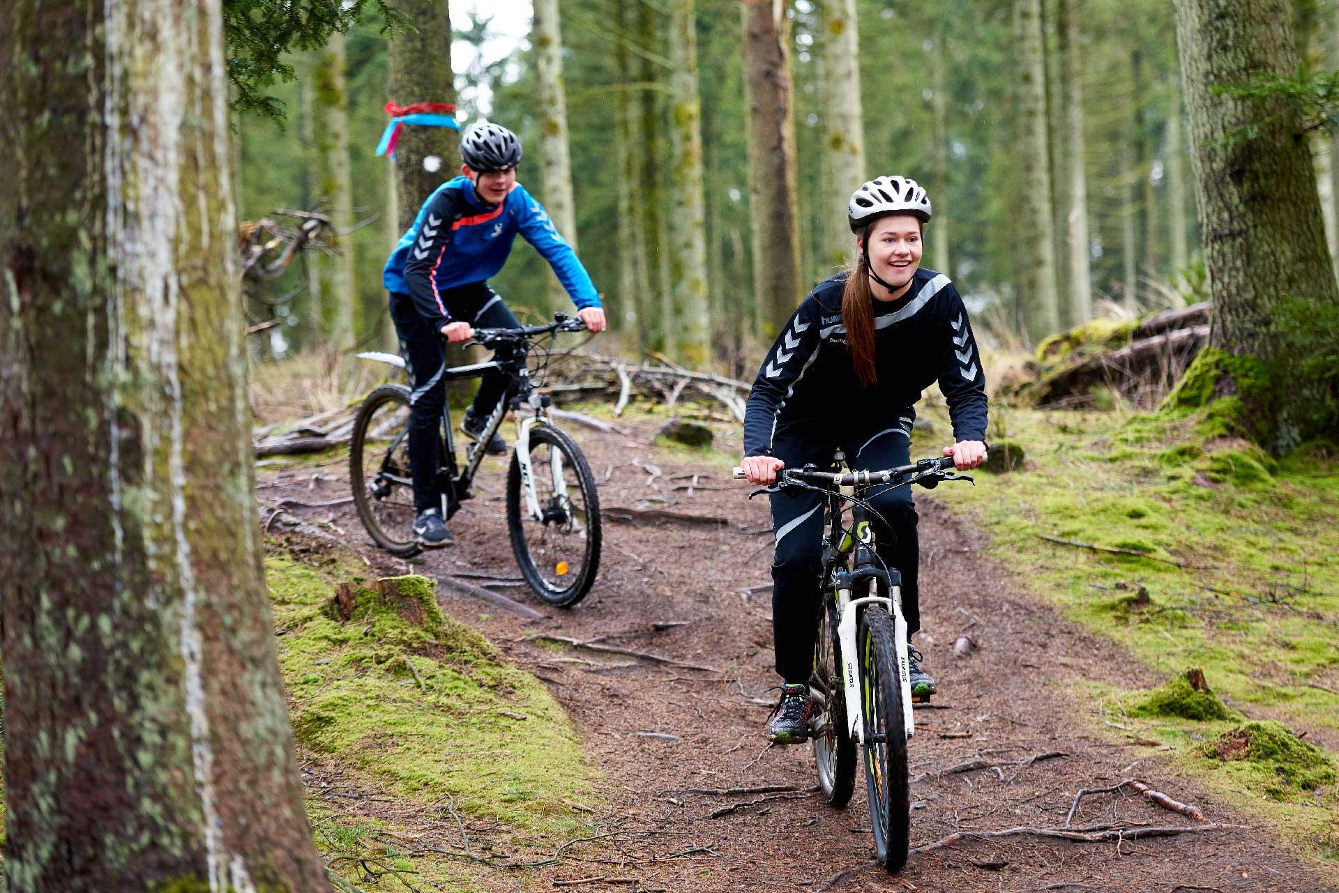 cykelryttere i skoven
