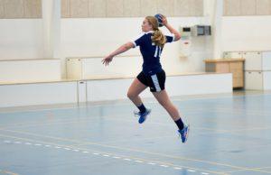 Pige skyder på mål håndbold, håndboldefterskole