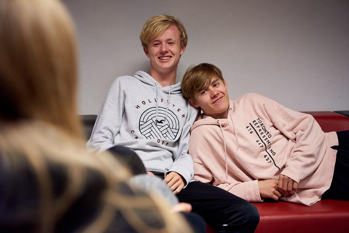 drenge i sofa