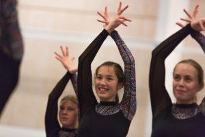 piger dyrker gymnastik på efterskole